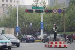 【美天棋牌】中国最奇葩的一条公路 1公里有31组红绿灯