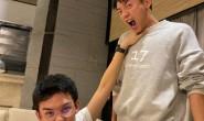 【美天棋牌】郑恺与吴磊用9年前合影同款姿势再次合影