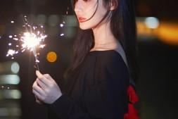 【美天棋牌】王莫涵生日写真曝光 手持烟花恬静纯美