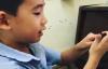 【美天棋牌】陈小春儿子Jasper唱歌时打嗝 网友:好可爱!