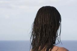 【美天棋牌】定型喷雾头发干的时候用还是湿的时候用 什么时候用效果最佳