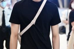 【美天棋牌】王子异黑衣黑裤现身机场 戴口罩仍难掩气场强大