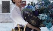 【美天棋牌】童瑶庆祝35岁生日 头戴皇冠手捧鲜花笑得很开心