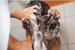 【美天棋牌】头发干燥怎么护理才能柔顺 做柔顺有用吗
