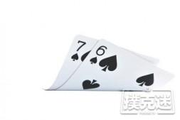【美天棋牌】德州扑克小同花连子翻前应该如何游戏?