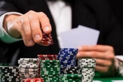 【美天棋牌】德州扑克对抗跟注站的基本策略