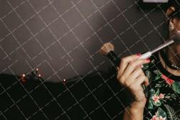【美天棋牌】化妆教程 「拧发技巧」如何打造当日新娘造型