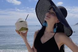 【美天棋牌】韩庚老婆卢靖姗在海边度假 穿开衩裙秀长腿