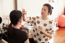 【美天棋牌】李冰冰给妹妹化妆全神贯注 手法专业