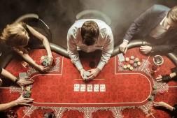 【美天棋牌】德州扑克这5点暗示着对手【牌力弱】