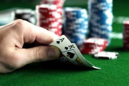 【美天棋牌】如何游戏限注德州扑克的河牌圈