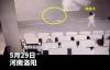 【美天棋牌】熊孩子观影拍打荧幕近30分钟,家长:未告知不可触摸