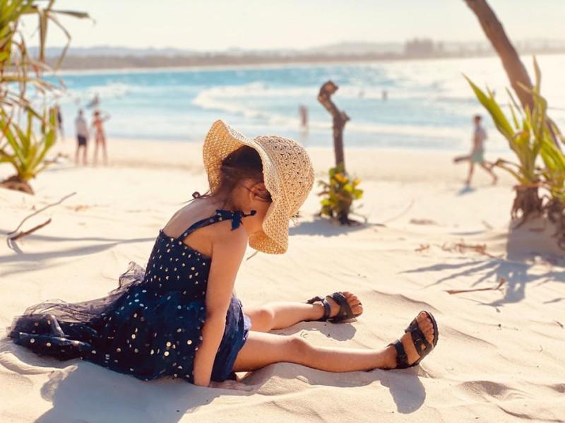 【美天棋牌】周杰伦晒女儿萌照 祈愿:阳光充满世界各地每个角落