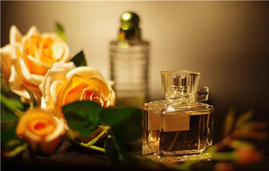 【美天棋牌】止汗露和香水可以混合用吗 不可混为一谈的原因