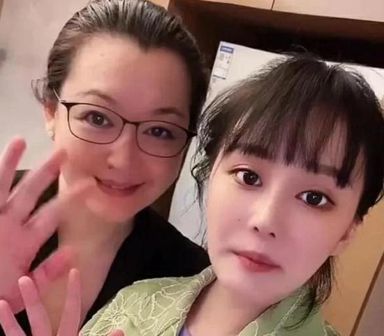 【美天棋牌】赵本山54岁妻子马丽娟罕见出镜 保养得宜气质好