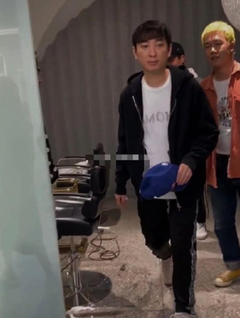 【美天棋牌】王思聪理发被偶遇 用手挡脸拒绝被拍