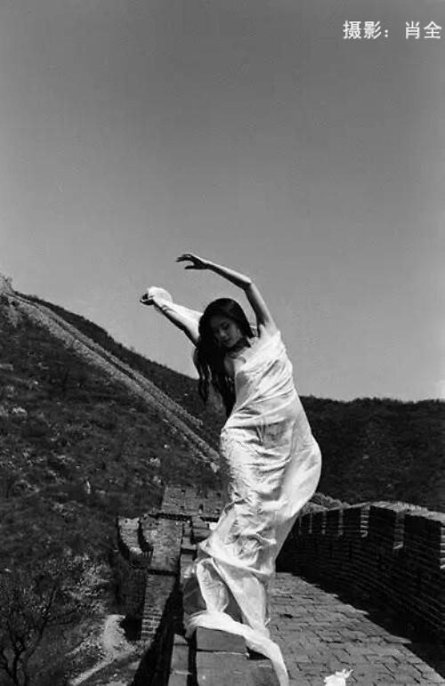 【美天棋牌】杨丽萍28年前黑白旧照曝光 长发飘飘气质高雅