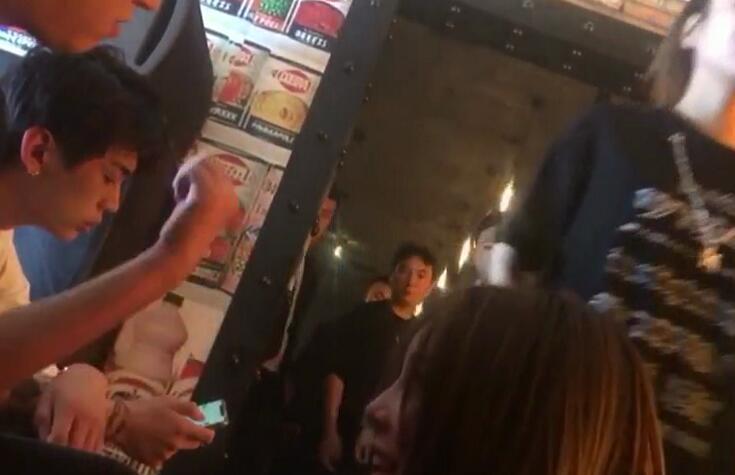 【美天棋牌】王思聪现身酒吧无美女陪伴 保镖环绕在旁防护周全