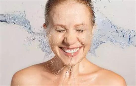 【美天棋牌】用冰水敷脸有什么作用 化妆水能缩小毛孔吗