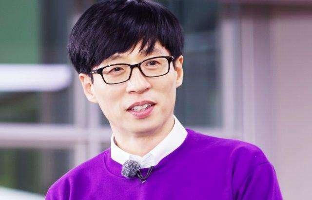 【美天棋牌】暖心!刘在石为500名低收入女性捐赠卫生巾套装
