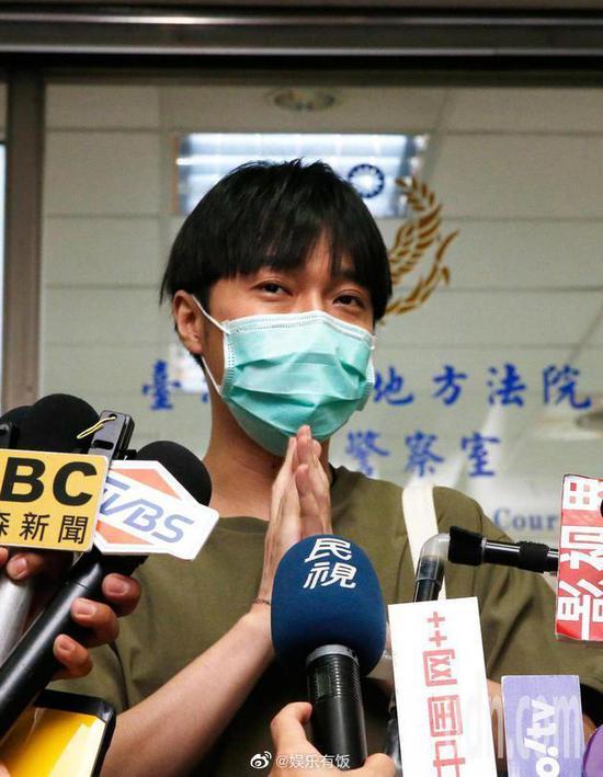 【美天棋牌】吴青峰著作权案开庭 亲自现身向媒体说明情况
