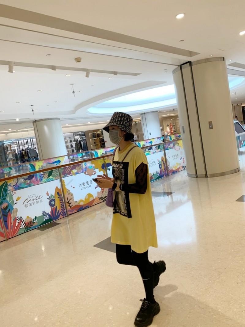 【美天棋牌】唐艺昕产后首次露面 戴口罩逛街身材恢复良好