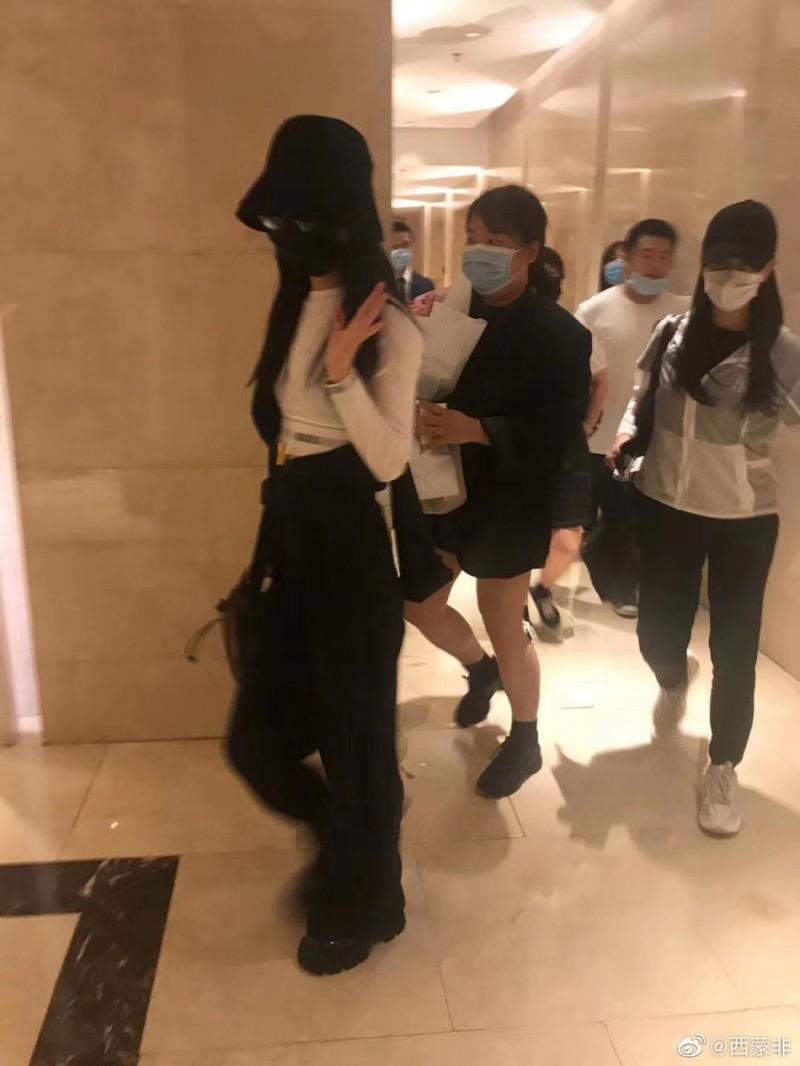 【美天棋牌】网友偶遇赵丽颖录制《中餐厅》 身材纤细令人羡慕