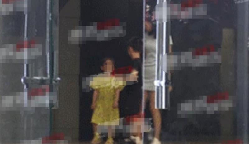 【美天棋牌】霍思燕杜江二胎女儿疑曝光 嗯哼与小女孩玩耍被拍
