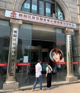 【美天棋牌】张沫凡与神秘男士现身民政局 疑似要领证结婚
