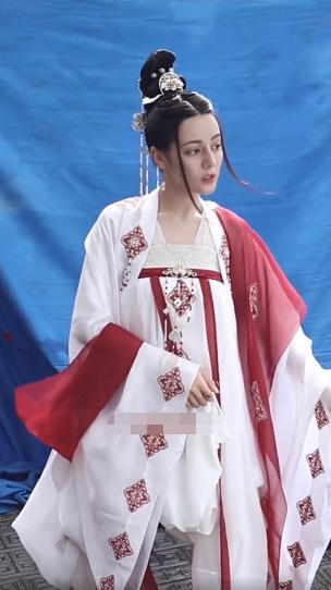 【美天棋牌】迪丽热巴《长歌行》最新路透 襦裙造型很养眼