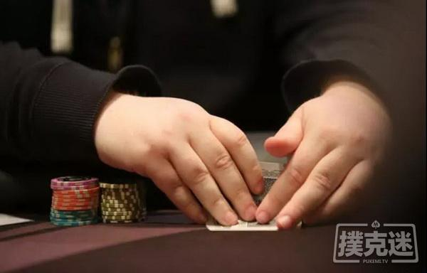 【美天棋牌】德州扑克中拿到同花连张和小对子很想打?你考虑筹码量了吗