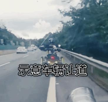 【美天棋牌】3名摩托小哥帮救护车开道  为三名正能量摩托小哥点赞