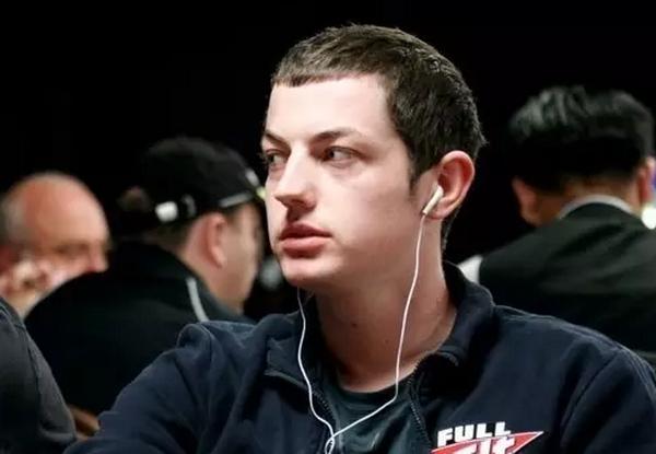 【美天棋牌】Dwan用顶对打出了30万的底池,换成你该怎么做?