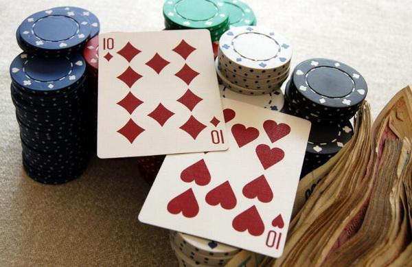 【美天棋牌】德州扑克如何游戏中等口袋对子-上:翻前