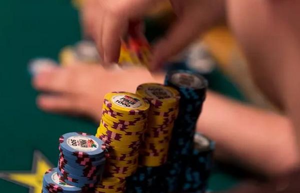 【美天棋牌】德州扑克Bluff的时候思考下自己的低端范围?