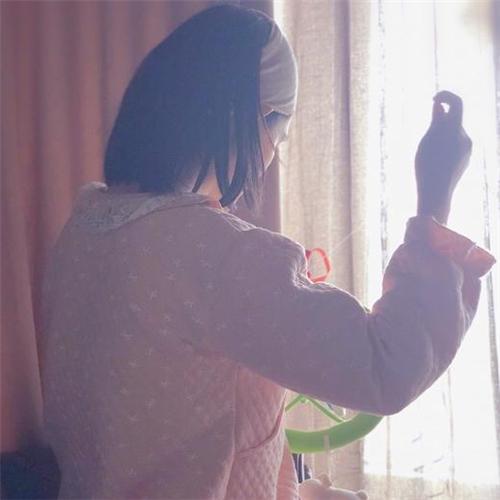 【美天棋牌】慈母谢娜做针线,赵丽颖变摄影师?