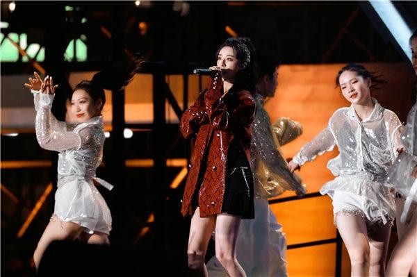 【美天棋牌】薇娅连登两台跨年晚会 与张云龙合唱给扶贫一线人员送祝福