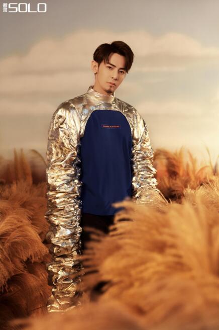 【美天棋牌】汪东城亮相杂志拍摄,《着录SOLO》打造时尚质感