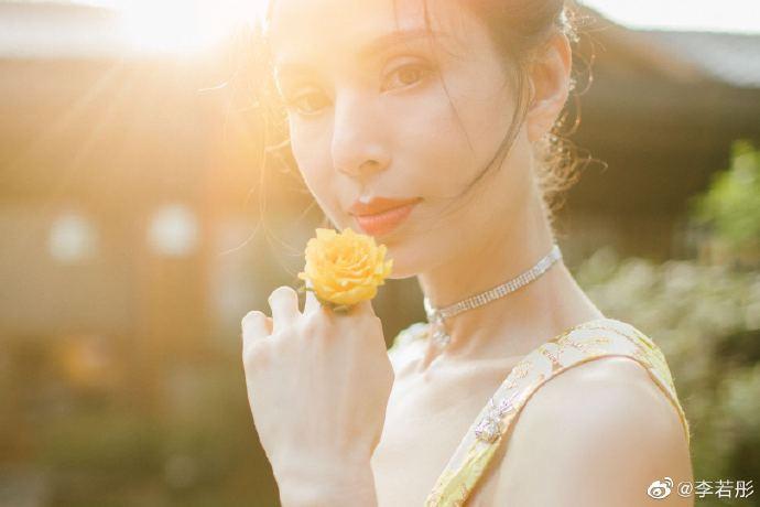 【美天棋牌】李若彤逆光拍照文艺唯美 穿刺绣吊带秀身材