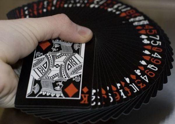 【美天棋牌】怎么和不玩德州扑克的朋友交谈扑克?