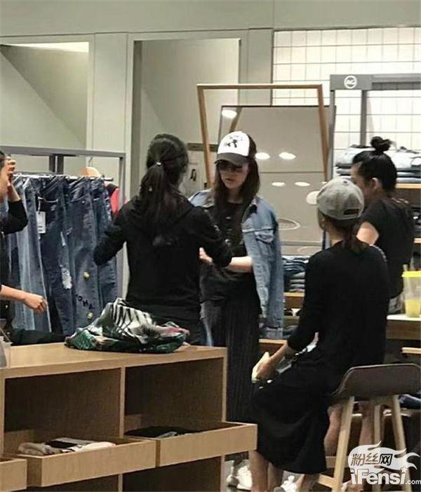 【美天棋牌】网友偶遇刘亦菲,素颜私服都很美!