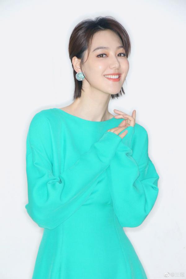 【美天棋牌】上海电视台美女主播王冠穿职业装 尽显知性优雅