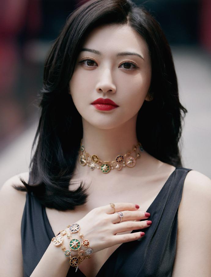 【美天棋牌】人间富贵花!景甜一身黑色深V缎面长裙 气质优雅迷人