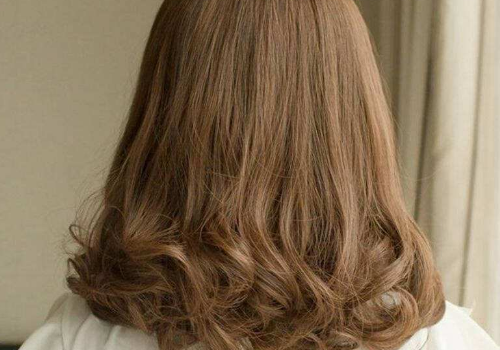 【美天棋牌】晚上睡觉怎么防止短发翘 剪头发发尾外翘怎么办