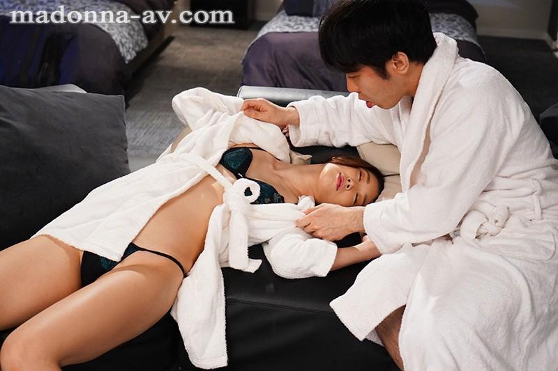 """【美天棋牌】""""小松杏""""作品jul-610 :气质女上司出差邀约下属一起洗澡。"""