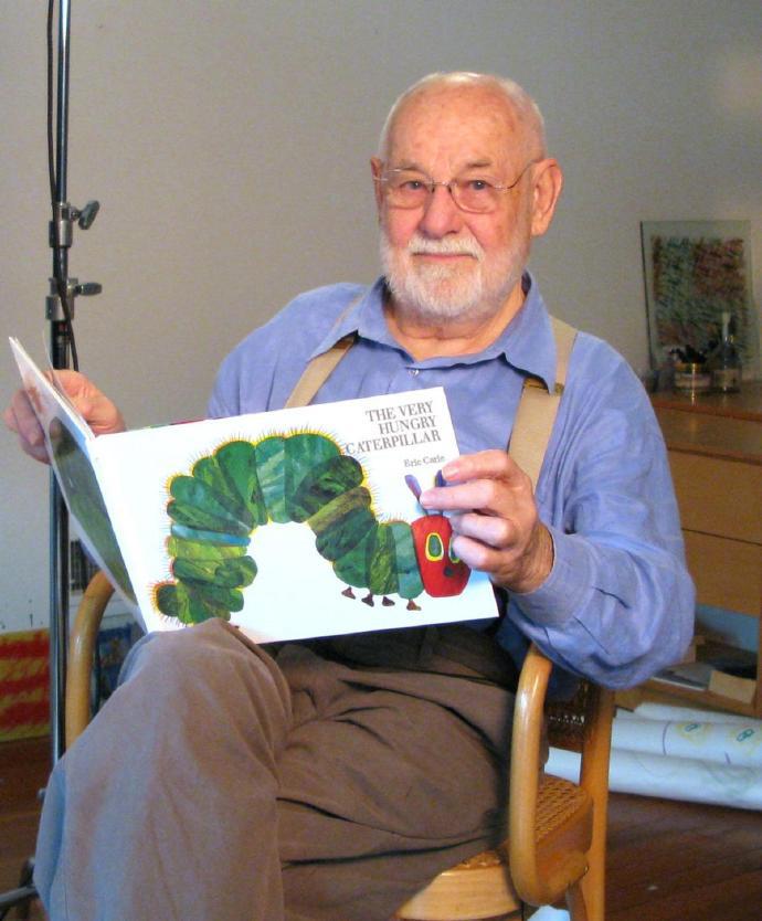 """【美天棋牌】""""童书界巨人""""、《好饿的毛毛虫》作者艾瑞·卡尔辞世,享年91岁"""
